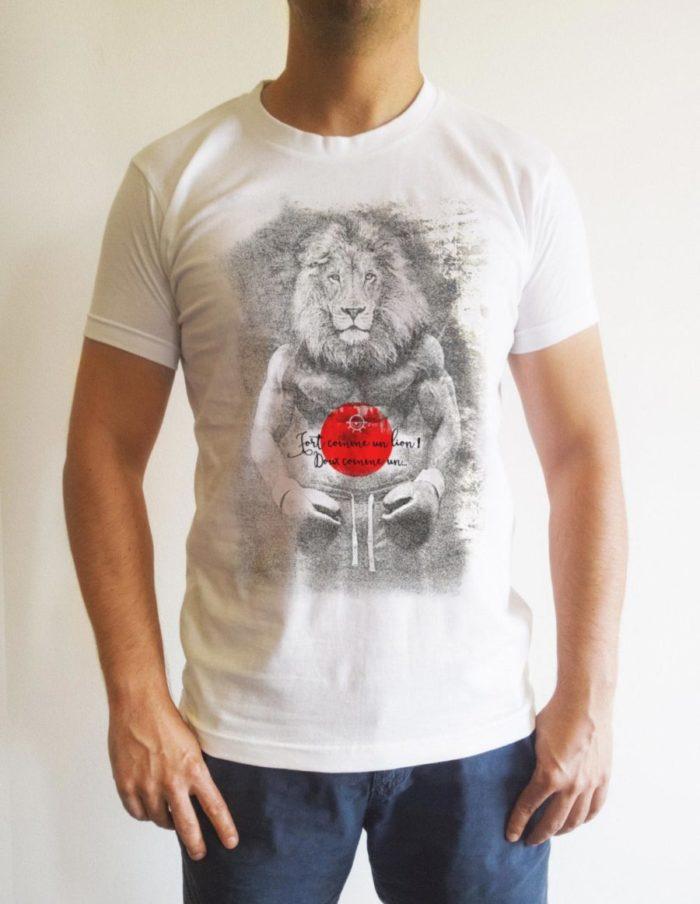 Fort comme un lion porte face e1524758269772 700x904 - T-shirt blanc Fort comme un lion