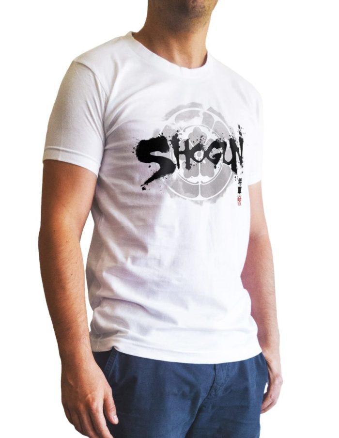 t-shirt blanc porté de trois quart Shogun