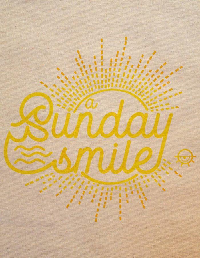"""Tote bag couleur naturelle écru, impression sur le devant """"A sunday Smile"""", détail impression et texture"""