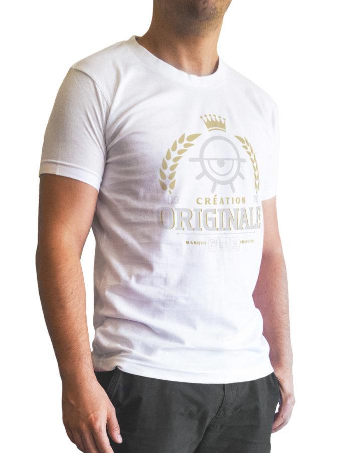 Tshirt homme blanc cintré, imprimé création originale vue de 3 quart