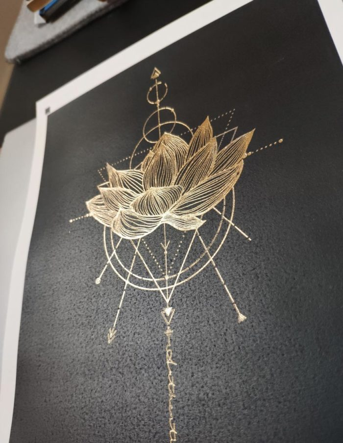 détail affiche 18x24cm fleur de lotus, fintion dorure (foil) et léger embossage